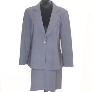 Tahari Women's Blazer and skirt suit size 14.